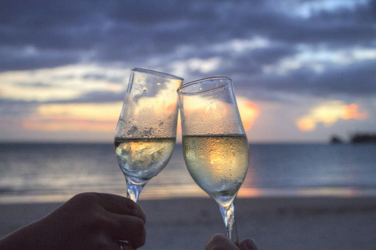 beach-champagne-clink-glasses-2145